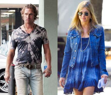 Matthew McConaughey y Jennifer Aniston luciendo tie dyes